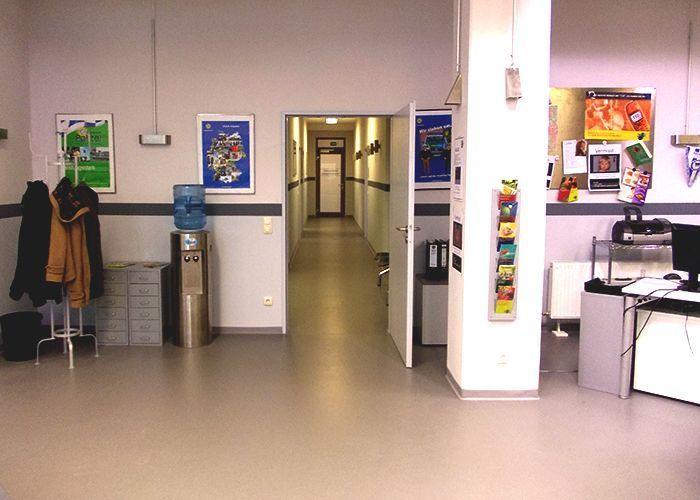 k11-130108-bueroeingang-und-flur_SAT.1 - Bildquelle: Constantin Entertainment GmbH/SAT.1